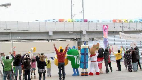 九州新幹線のCMで集合したゆるキャラたち=JR九州提供