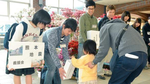 全国で被災地への募金活動がおこなわれている=福岡県のJR久留米駅