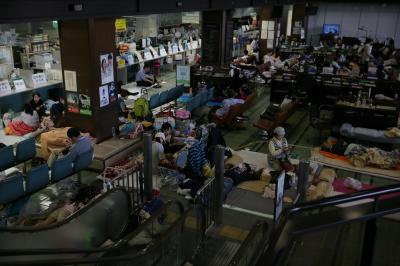 多くの避難者であふれる熊本市役所1階のロビー=17日午前9時11分、熊本市、金子淳撮影