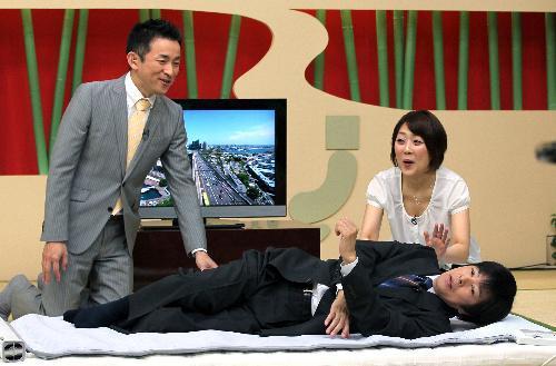 テレビショッピングで笑いを誘う高田明さん=2011年5月23日