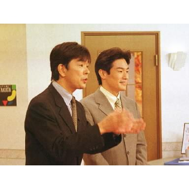 生放送本番中の高田さん=2001年12月1日