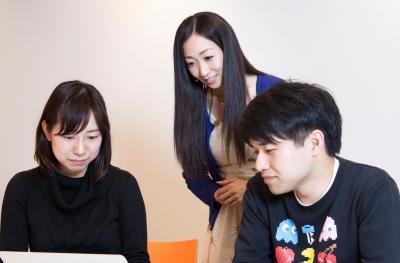 打ち合わせをする日本合コン協会会長の絵音さん(中央)=東京・渋谷、佐藤正人撮影