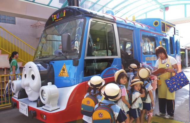 「きかんしゃトーマス」型の送迎バスは、園児たちの人気の的=2004年、東京都武蔵村山市