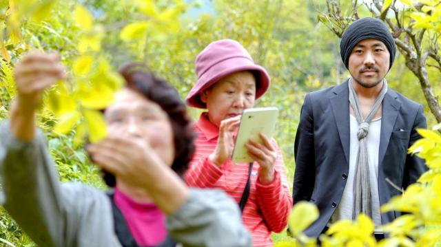 2014年4月30日、高齢者がITを使いこなす町として知られる徳島県上勝(かみかつ)町を訪れた家入一真さん