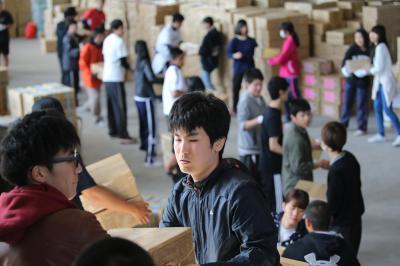 支援物資を運ぶボランティアの学生ら=20日午前9時7分、熊本市東区平山町、小宮路勝撮影