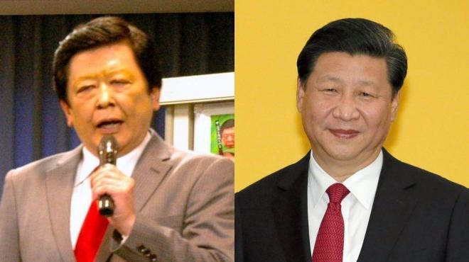 黒々とした髪と赤いネクタイ、習近平国家主席に扮するメンバー。右は本物の習近平国家主席=東京都渋谷区