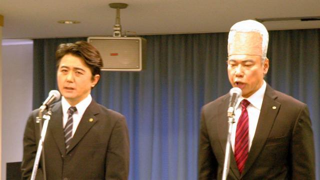 安倍首相(左)と甘利明・前経済再生相に扮した2人のコント=東京都渋谷区