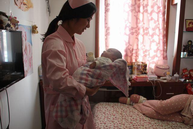 赤ちゃんの世話をする中国の伝統的なベビーシッター「月嫂(ユエサオ)」