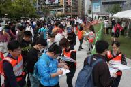 熊本市でもボランティアセンターが開設。受け付けをする人たちの長い列が出来た=22日午前10時34分、熊本市中央区、吉本美奈子撮影