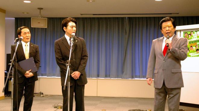 菅官房長官、安倍首相、習近平に扮する3人のコント=東京都渋谷区