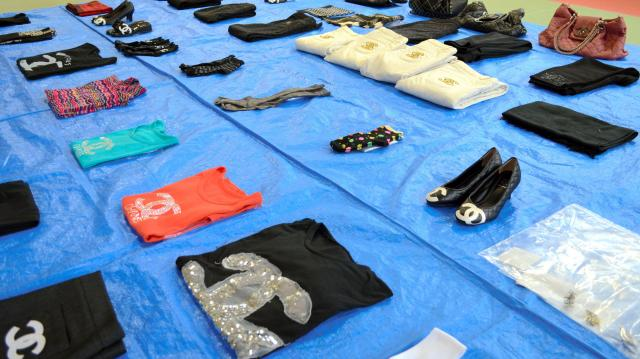 警察に押収された偽ブランド品=2015年1月21日、久留米署