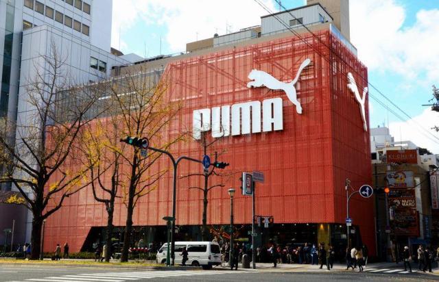 「PUMA」のロゴが大きく掲げられたプーマストア大阪=2012年12月、大阪市中央区