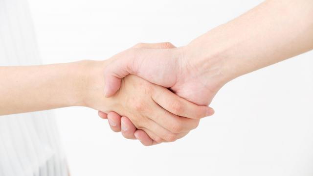 「『ちゃんとつながっています』と手を握っている感じがあったのに…」(浅生鴨さん) ※画像はイメージです