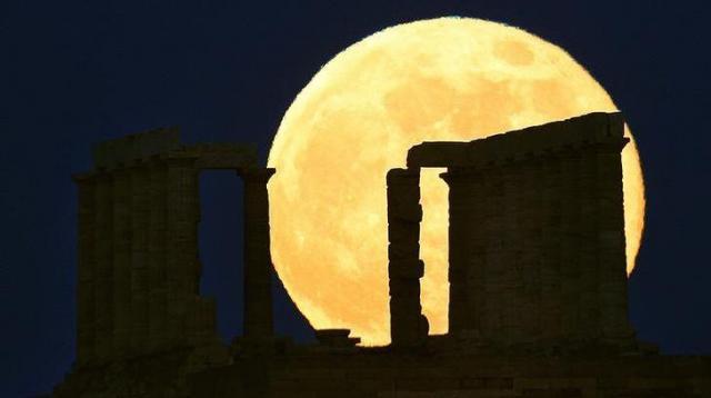 スーパームーンとポセイドン神殿=2013年6月、ロイター