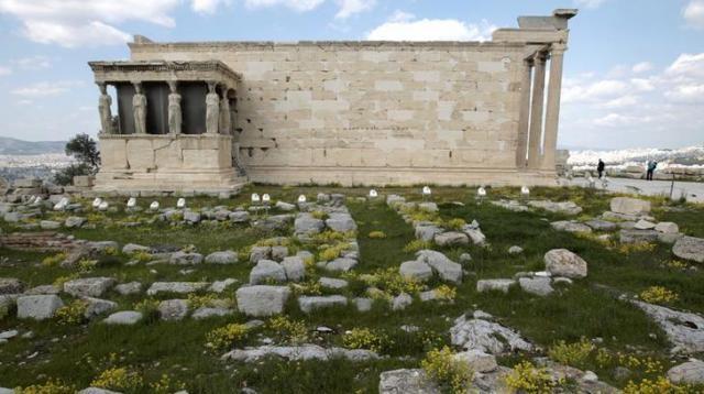 ギリシャのエレクティオン神殿=ロイター