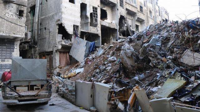 シリアの首都・ダマスカス南部ヤルムークで、がれきと化した街区=2016年2月、神田大介撮影