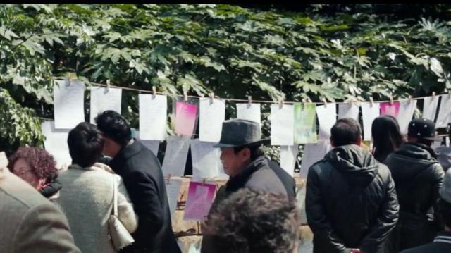 お見合い広場で、結婚希望者のメモを眺める親たち