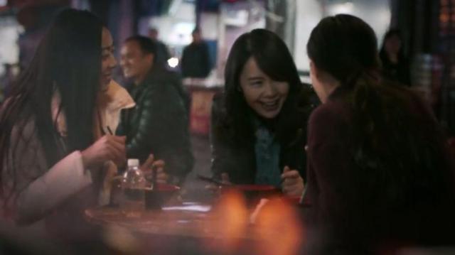 独身同士で食事を楽しむ女性たち