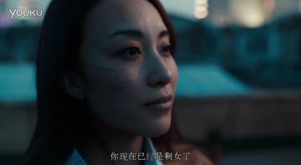 中国で配信された「SKⅡ」のネットCM「彼女は最終的にお見合いコーナーに行った」(她最后去了相亲角)。独身生活を送る女性
