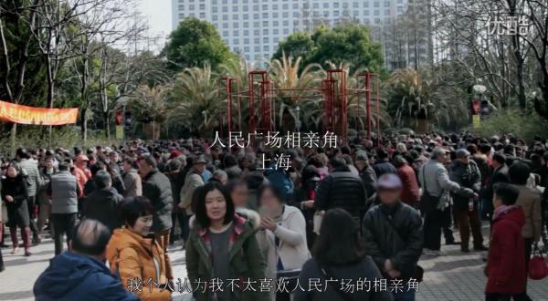 中国で配信された「SKⅡ」のネットCM「彼女は最終的にお見合いコーナーに行った」(她最后去了相亲角)。上海人民広場のお見合いコーナー