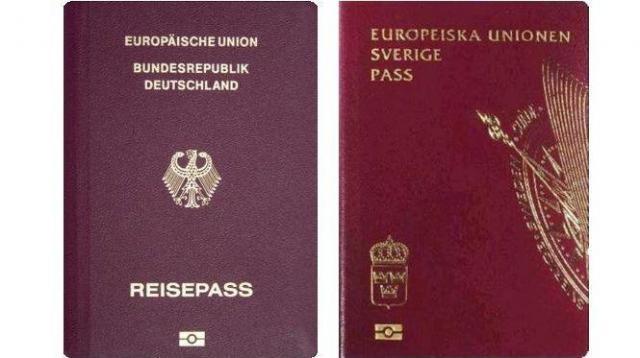 今年の「最強」と認定されたドイツのパスポート(左)とスウェーデンのパスポート(右)