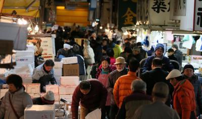 買い出し客で混雑する築地市場の場内
