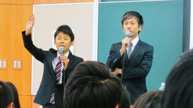 追手門学院大の客員教授に就任し、公開授業をしたロザンの菅広文さん(左)と宇治原史規さん=2014年9月14日