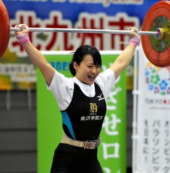 重量挙げ全日本女子選手権のスナッチでジュニア日本新記録の86キロを挙げ、笑顔の八木かなえ選手=2012年4月13日、北九州市