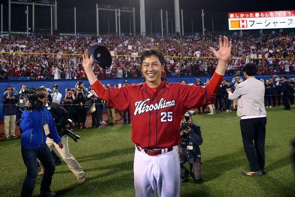 通算2千安打を達成した試合終了後、ファンを背に笑顔を見せる広島の新井貴浩内野手=神宮球場、遠藤啓生撮影