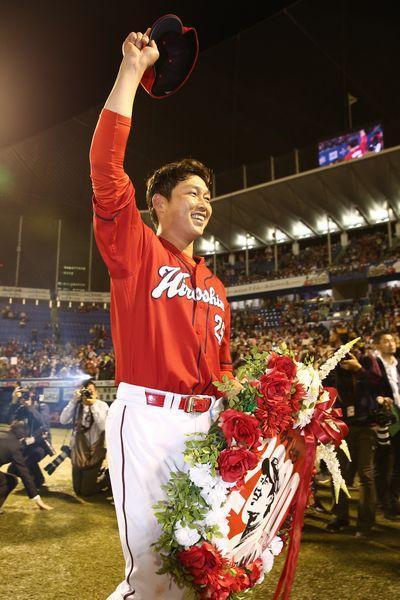 試合終了後、ファンにあいさつする、通算2千安打を達成した広島の新井貴浩内野手=神宮球場、遠藤啓生撮影