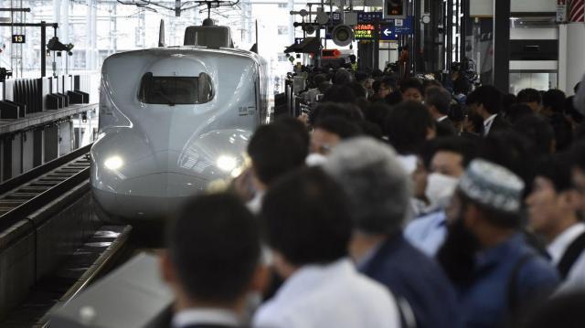 全線で営業運転を再開した九州新幹線の入線を待つ人たち=熊本市西区のJR熊本駅
