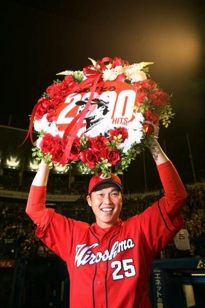 通算2千安打を達成した試合後、花輪を掲げる広島の新井貴浩内野手=神宮球場、遠藤啓生撮影