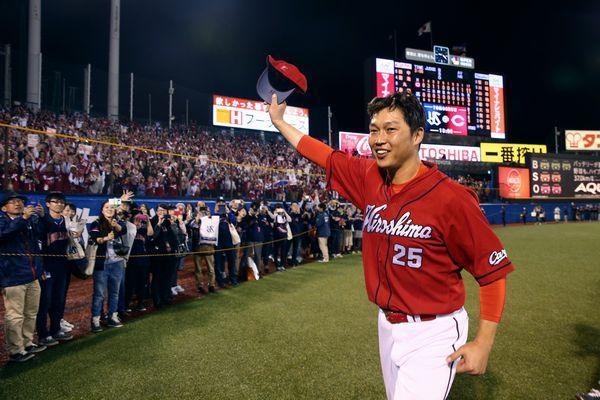 通算2千安打を達成した試合終了後、ファンにあいさつする広島の新井貴浩内野手