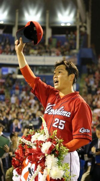 通算2千安打を達成した試合後、声援にこたえる広島の新井貴浩内野手=神宮球場、川村直子撮影