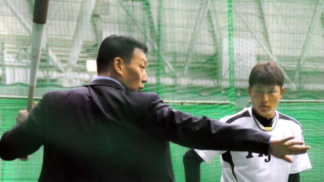 阪神時代、OBの金本知憲さん(左)の助言を聞く新井選手=2014年2月10日