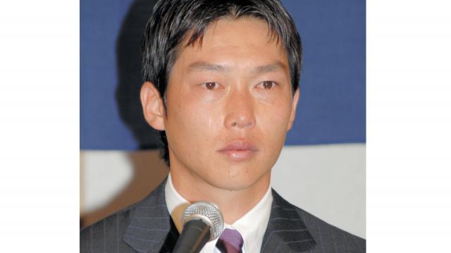 涙をぼろぼろ流しながら、FA宣言への思いを語る広島の新井=2007年11月8日、広島市内のホテル