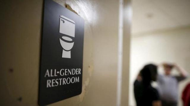 「オールジェンダー」の表示があるトイレ