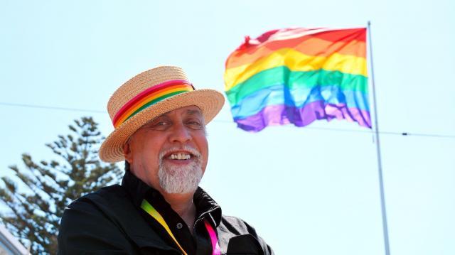 性的少数者の象徴「虹色の旗」をデザインしたギルバート・ベーカーさん=2015年6月26日