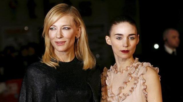 レズビアンを描いた映画「キャロル」に出演したケイト・ブランシェットとルーニー・マーラ=2016年1月8日、ロイター
