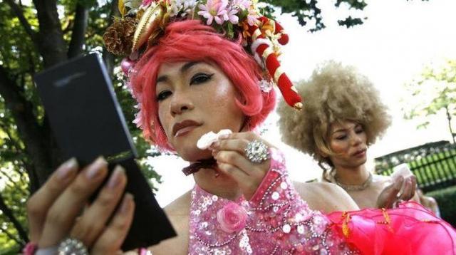 LGBTパレードで化粧を直す参加者=2007年8月11日、東京、ロイター