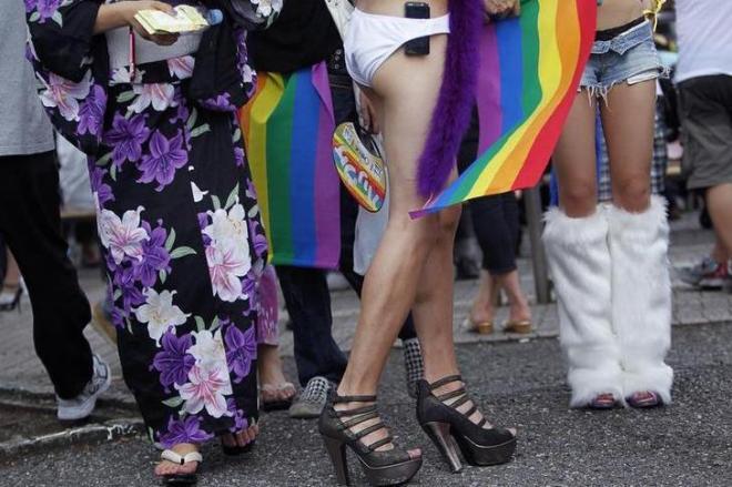東京であったLGBTのパレード。浴衣やルーズソックスの参加者たち=2010年8月14日、ロイター