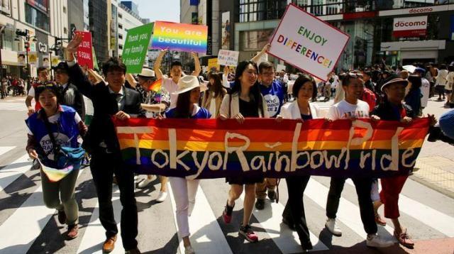 「Tokyo Rainbow Pride」に横断幕を掲げる人たち。地方では声をあげにくい現実も=2015年8月26日、ロイター