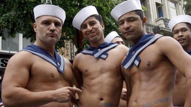LGBTのパレードに現れた水兵姿の参加者たち=ブリュッセル、2009年5月16日、ロイター