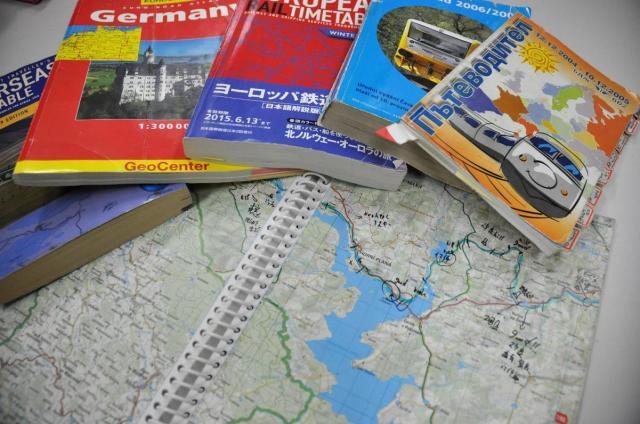 「世界の車窓から」取材で使った地図や時刻表