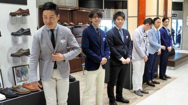 クールビズで客を出迎える名古屋三越栄店の店員たち=名古屋市中区