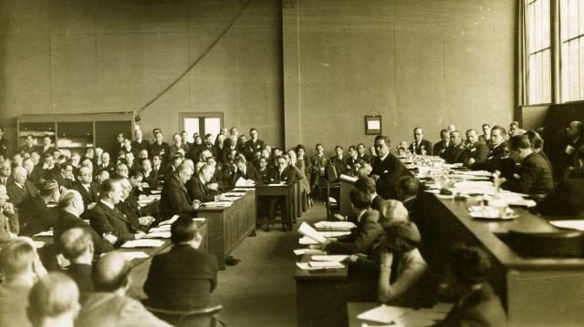 1933年2月24日、スイス・ジュネーブの国際連盟本部で開かれた特別総会で演説する松岡洋右全権(右)。満州事変で中国の提訴を受けて満州国に派遣されたリットン調査団の報告書が日本の反対にもかかわらず圧倒的多数で承認されたため、代表団は議場から一斉に退場した
