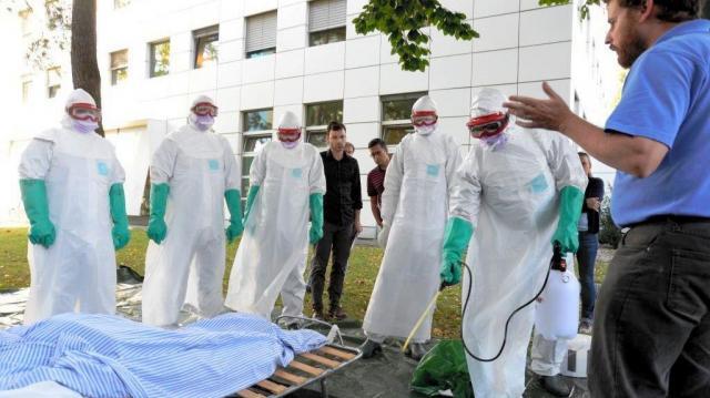 2014年9月16日、スイス・ジュネーブの国際赤十字・赤新月社連盟本部であったエボラウィルスの訓練=松尾一郎撮影