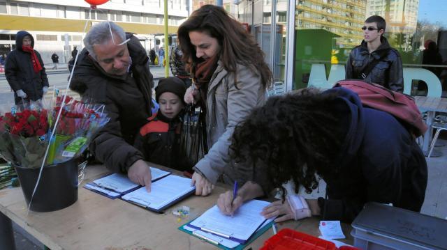 2012年1月14日、ジュネーブのスーパー前で金持ち優遇税制廃止の州民投票実現のために、署名する人たち