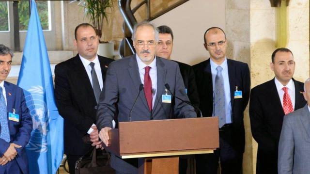 国連のデミストゥラ・シリア担当特使と会談後に記者会見するシリア・アサド政権のジャファリ国連大使(中央)=2016年3月18日、ジュネーブの国連欧州本部、松尾一郎撮影