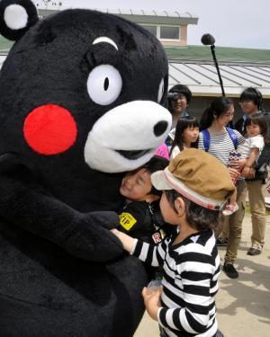 くまモンを抱きしめる子ども=熊本県西原村にしはら保育園